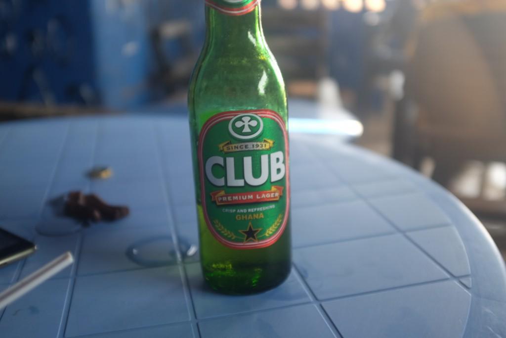 Il est chaud et humide,  bois bière fraîche au repos...