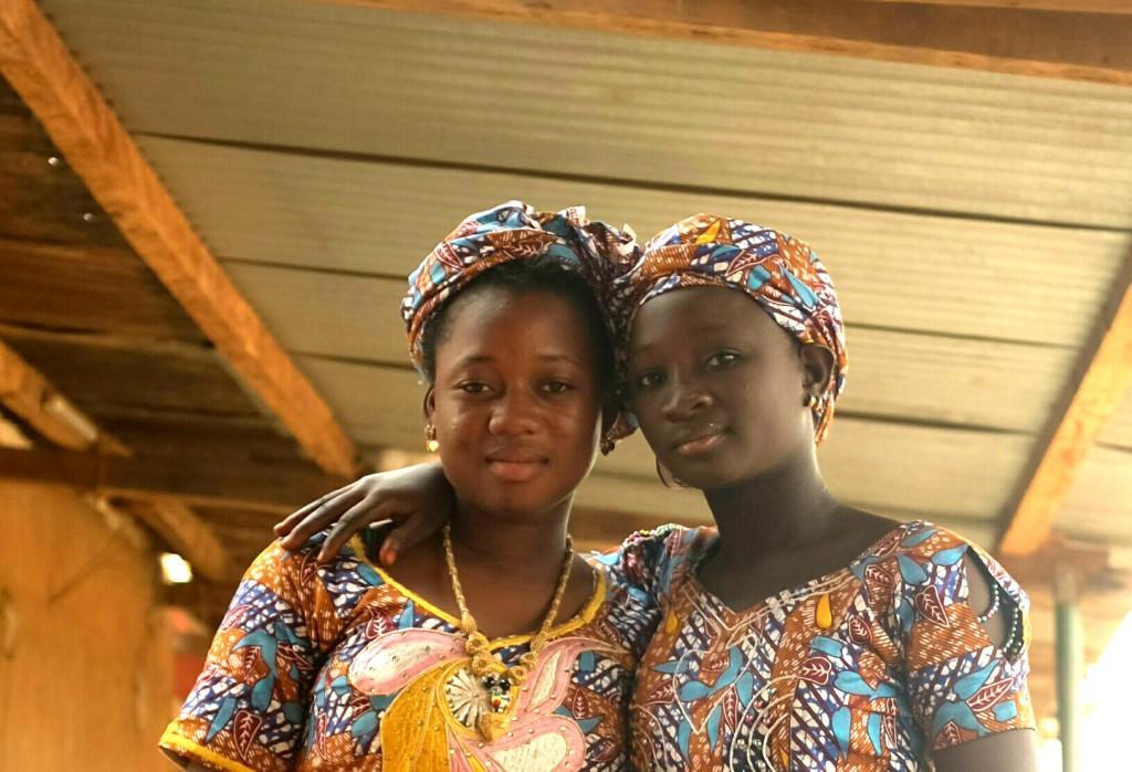Jeunes filles habitant le village de Bani