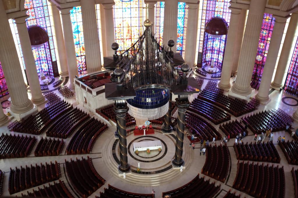 La basilique peut contenir dix huit mille personnes dont sept mille assises.