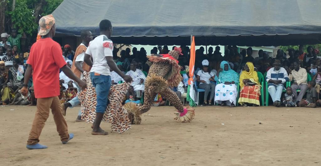 Je ne me sens pas forcément très à l'aise au beau milieu d'une cérémonie animistes où se baladent des hommes masqués, déguisé en léopards ou en arbres qui font fuir les enfants et parfois la foule également.