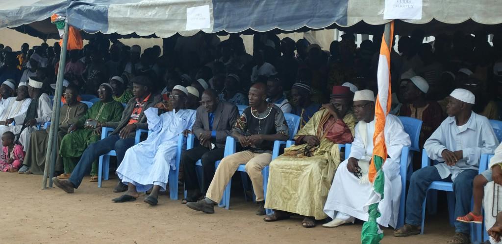 J'ai maintenant en face de moi des dizaines de chefs locaux, traditionnels, assis devant une foule impatiente qui regarde le spectacle.