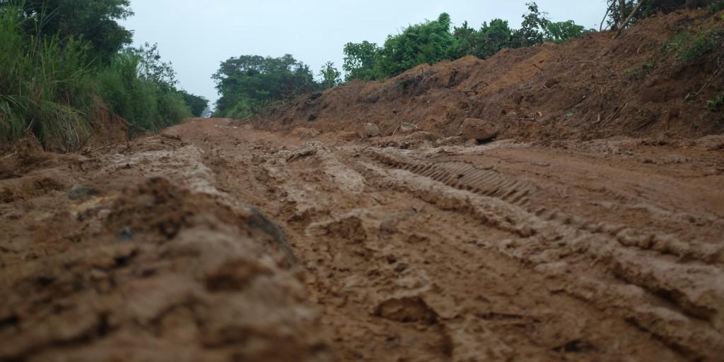 Un terrain tantôt boueux ou caillouteux, avec une météo capricieuse mélangeant les fréquents orages aux périodes plus chaudes.