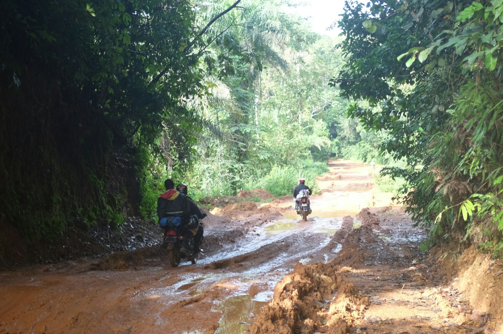 heureusement, la route va petit à petit s'améliorer jusqu'à devenir une piste correcte, jonchée d'innombrables bosses et de trous dû à l'érosion de l'eau ainsi que de brefs passage boueux, mais correct.