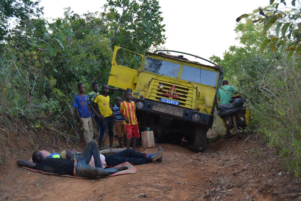 """c'est aussi ça la saison sèche. Le vert se transforme en jaune. La boue en poussière. Le ciel clair, lavé par la pluie, devient un ciel """"sale"""", """"sur-éclairé"""" par le soleil éclatant d'Afrique qui transporte poussière résiduelle."""
