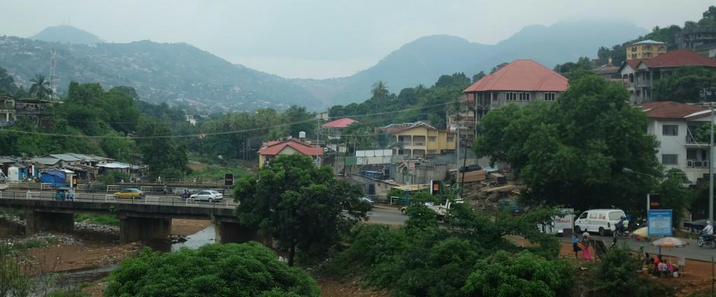 """D'une part ces hautes et raides collines que seuls quelques bidonvilles et autres """"quartier populaire"""" semblent oser affronter"""