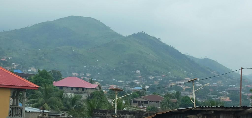 A l'est par de magnifique collines qui surplombe la ville
