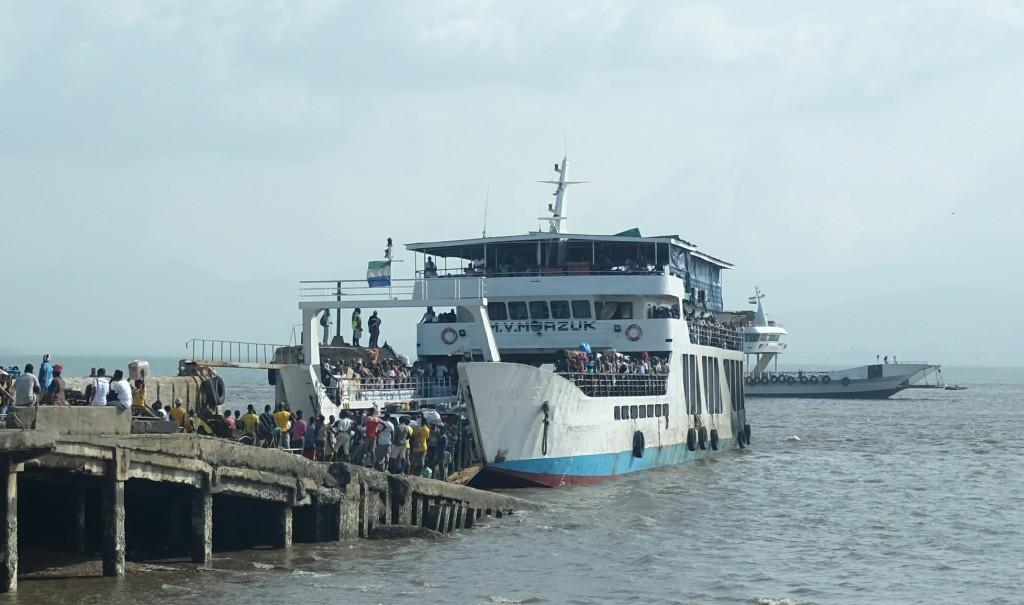 le ferry de cet après-midi qui me mènera, si tout va bien, de l'autre côté du fleuve