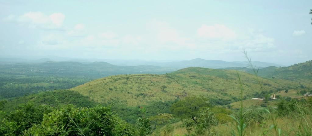 Montagnes douces à l'herbe verte déjà légèrement entamée par la saison sèche