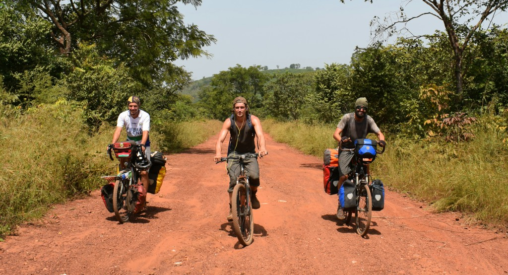 Nous avons pédalé une centaine de kilomètres ensemble sur les routes bosselées de Guinée, également en compagnie de Ousmane
