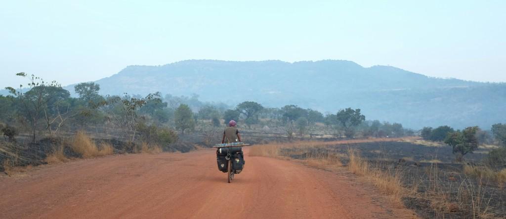 c'est avec Pedro, que j'ai retrouvé pour la 4ème fois après la Namibie, le Congo-Brazzaville et le Togo, que j'ai grimpé, non sans mal, en direction de Mali