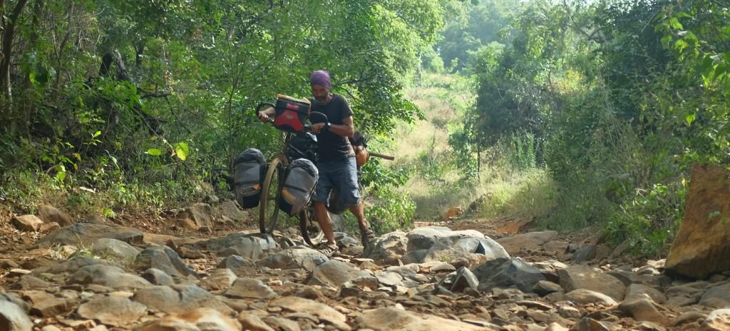 en tant que voyageur et même en poussant notre vélo pour franchir des cailloux parfois de la taille d'une roue, nous ne pouvons nous plaindre.