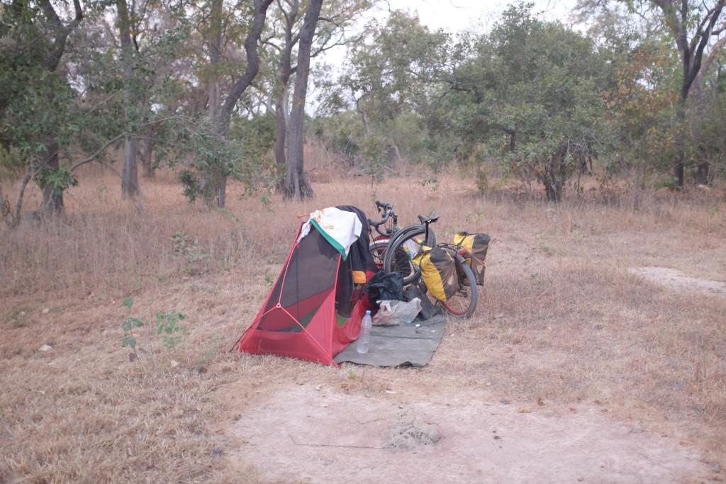 """Je plante ma tente au """"milieu"""" des bois."""