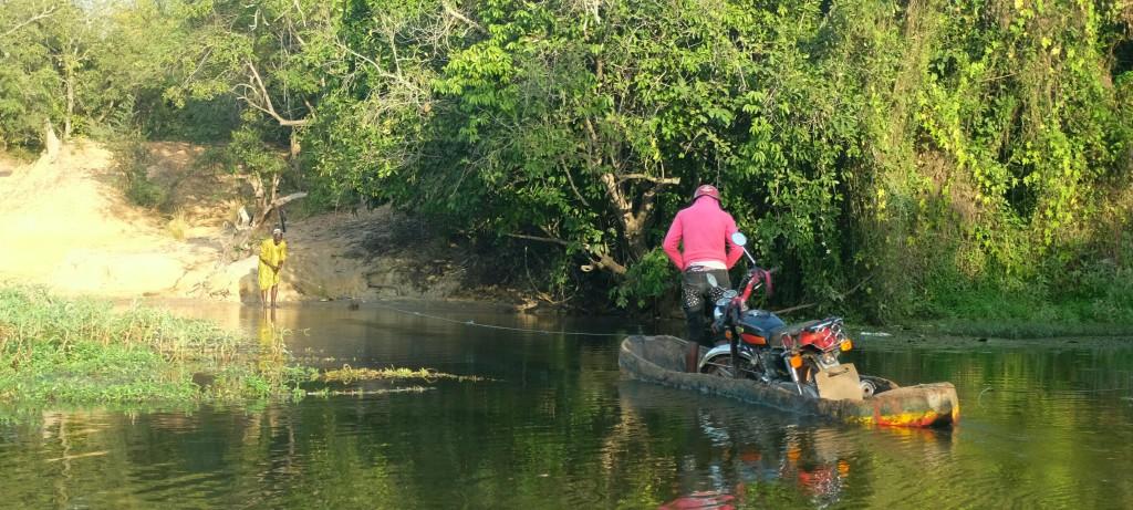 traversant une rivière sur une barque tirée à la corde
