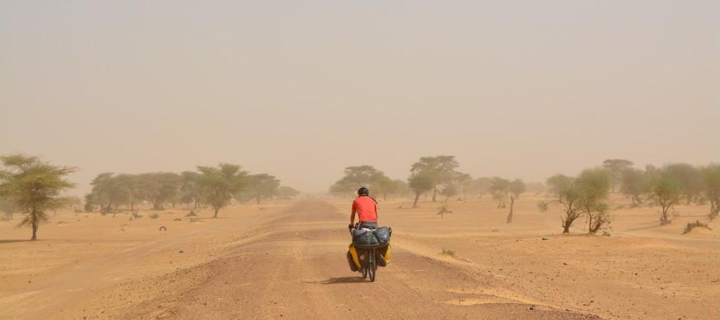 Une piste, bonne, nous mène villages après villages au milieu d'un sahel aride