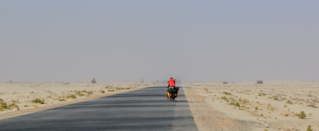 Après Nouakchott le vent nous balaie. Rien ne le freine. Il nous bouffe littéralement et, parfois, nous roulons de nuit car il y souffle moins fort.