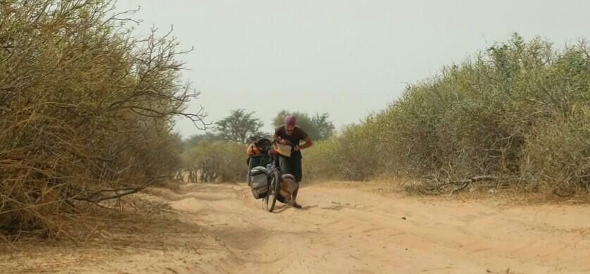 sur une piste tellement sableuses que parcourir 5 kilomètres nous aura pris plusieurs heures.