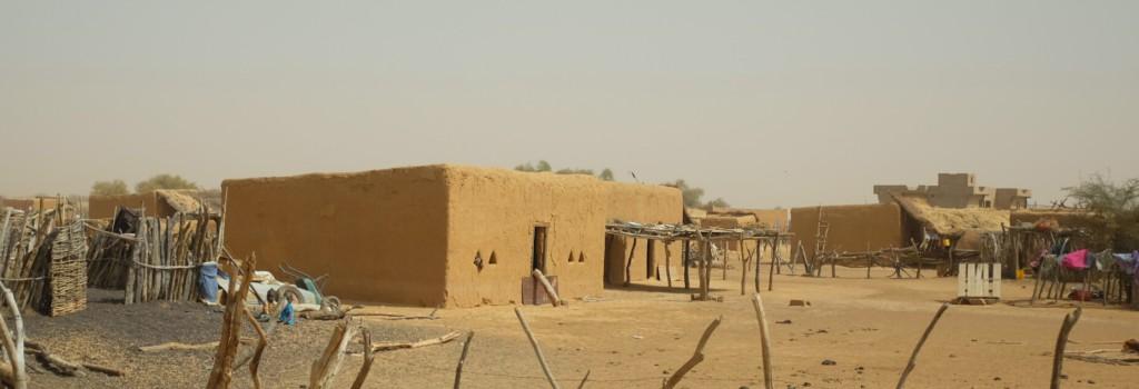 Les villages sont construits de magnifiques maisons de terres cuites et peuplés, à grande majorité, de Peul.