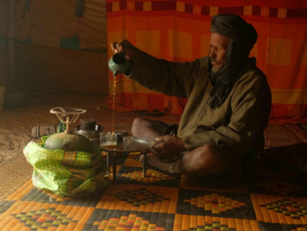 Toujours, ils finiront par nous offrir le thé, par séries de trois tasses, et même souvent à manger.