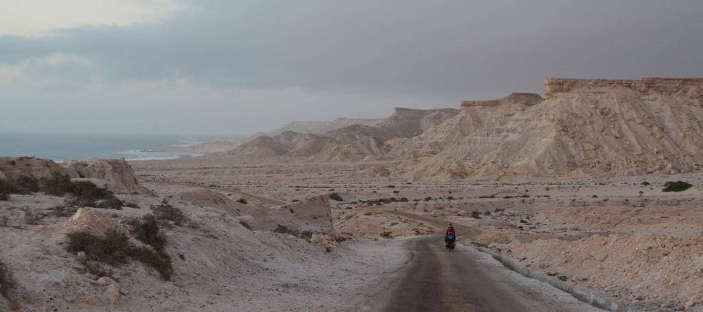 """""""Là ou le Sahara rencontre la mer, l'océan. Où les grandes eaux se mélangent aux grands déserts, nous pédalons."""""""