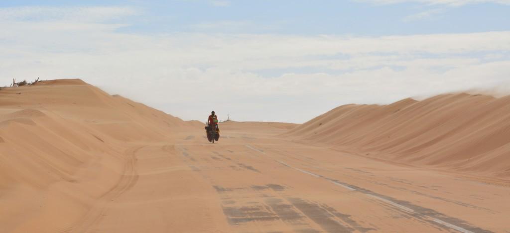 Entre les oasis, des dunes nous entourent. Le sable est projeté sur notre route, formant des gonfles importantes, déblayées régulièrement.
