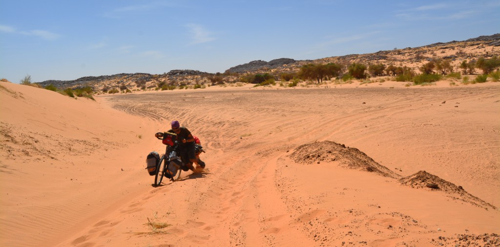 Mais la route pour parvenir à ces lieux isolés n'est jamais facile. Les rivières asséchées sont pleines d'un sable profond. Après de nombreuses collines, il nous faut pousser!