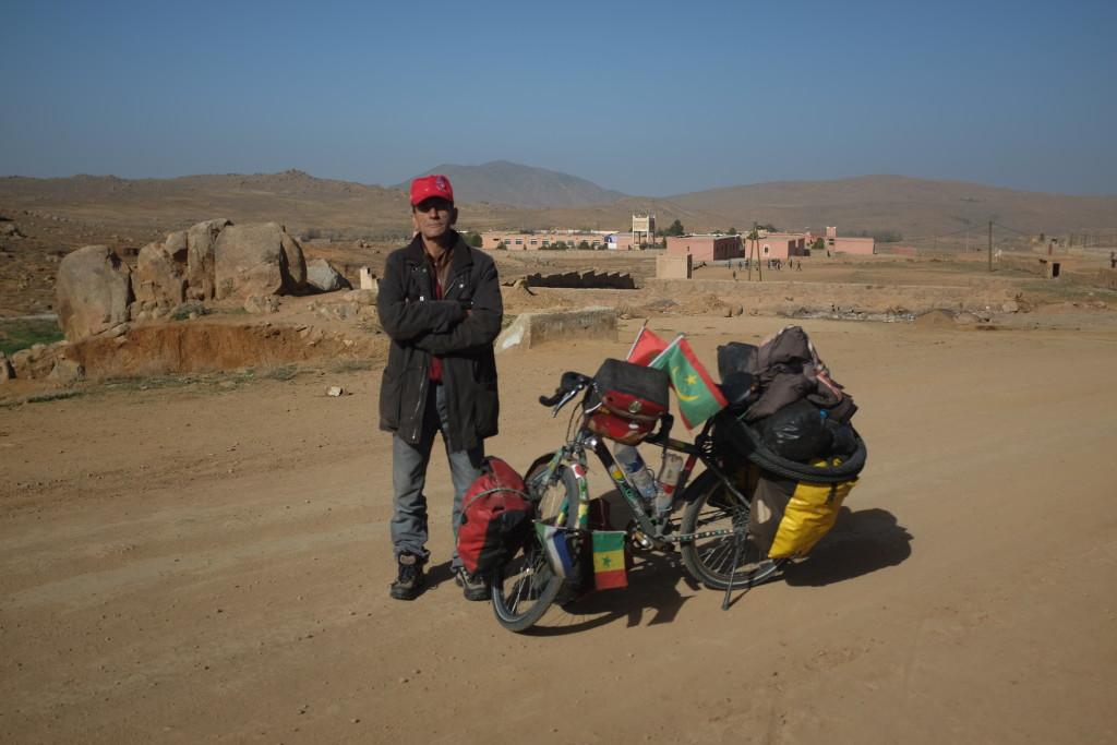 c'est Abdellah, dit Mike, déjà rencontré la veille dans l'un des quelques cafés du village, qui m'interpelle.