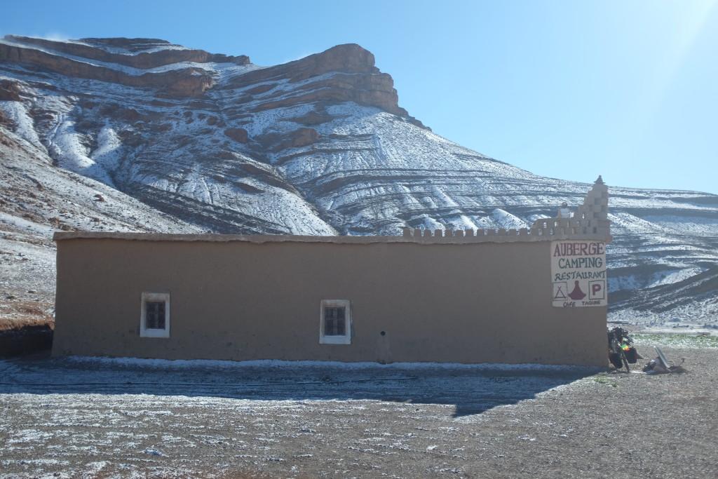 je décide de m'arrêter dans cette petite auberge où m'accueille Abdou, sympathique, qui me prépare un café. Dès lors, la neige ne va faiblir et je passerai ma nuit chez Abdou, apprenant quelques mots d'amazigh au milieu de quelques couvertures entourant la cheminée qui chauffe tant bien que mal cette petite maison.