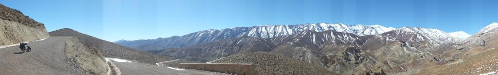 Un vaste panoramas de sommets enneigées qui entourent cette vallée comme une prison entoure son prisonnier.