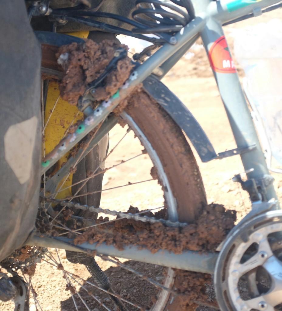 la boue collante s'accroche partout où elle le peut alors que le vent, bien vite, la gèle et la fige à mon cadre, à mes roues et à mes pieds.