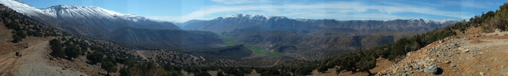 je me laisse descendre sur la vallée de l'Aît Bouguemez où les paysages fantastiques me bouffent à tour de rôle, à chaque virage, ne laissant vivre qu'émotion.