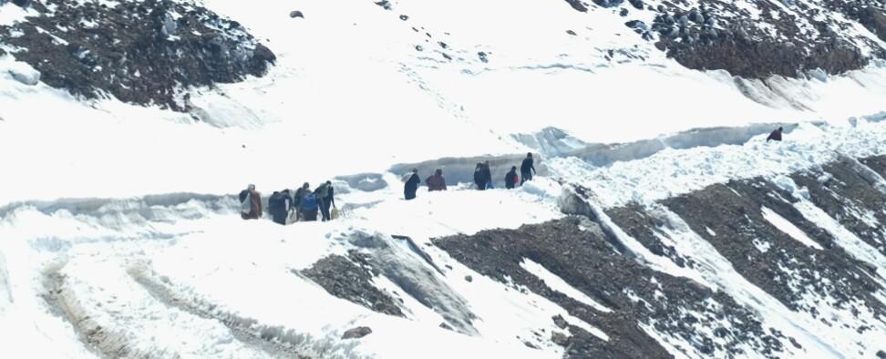 Tour à tour, chacun sort du bus, portant sur son dos ses victuailles, puis s'en va, à pied, afin de rentrer chez soit. De retrouver la vallée de l'Ouzighmt.