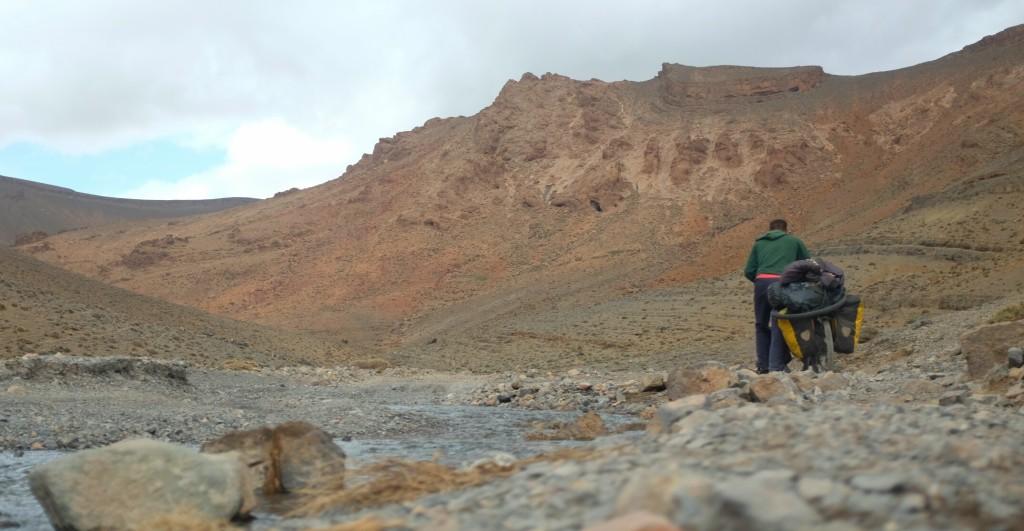 la route, un brin caillouteuse mais plutôt bonne, s'enfonce dans un canyon